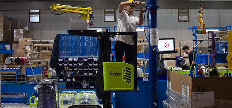 Sprzęt do podnoszenia materiałów firmy Pramac podczas pracy